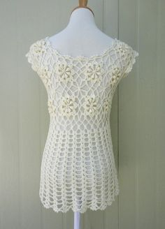 Mucho Crochet Cardigan sin mangas florales corbata frente