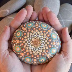 Un favorito personal de mi tienda de Etsy https://www.etsy.com/es/listing/540087637/large-hand-painted-mandala-sea-stone
