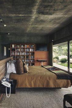Das Schlafzimmer hat einen fantastischen Blick auf , aufzuwachen. Der Teppichboden ist eine nette Geste , und die Bücherregale und das Bett schön aussehen zusammen
