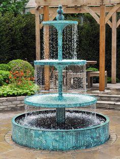 dreistufiger 'CRUCELLO' Brunnen aus Bronze