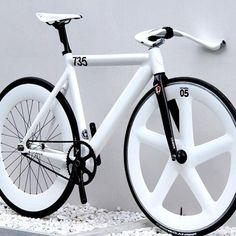 Fixie w/ white seat, frame & rims Fixi Bike, Bike Shoes, Fixed Gear Bicycle, Bike Seat, Velo Design, Bicycle Design, Bmx, Bici Fixed, Velo Cargo