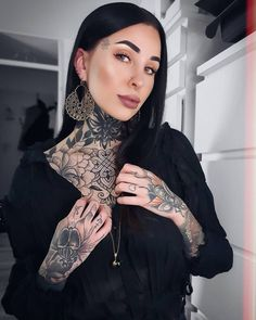 """𝘼𝙡𝙚𝙭𝙖. on Instagram: """"🤍🖤🤍🖤 • Necklace @blackheadstudio Use Code AZ20 for 20%off their website 🖤 • *advertising #girl #neotradtional #tattoos #tattoo…"""" Face Tattoos, Girl Tattoos, Tattoos For Women, Tattoed Women, Tattooed Girls, Metal Girl, Jawline, Body Modifications, Body Mods"""
