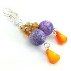 Kolczyki z kulami kamieni fioletowego korala i łez pomarańczowego korala.