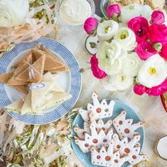 Everything you need to know to host a Royal Wedding Watch party - an afternoon t. Everything you need to know to host a Royal Wedding Watch party - an afternoon tea menu and royal wedding bingo cards! Baby Shower Menu, Tea Party Bridal Shower, Wedding Bingo, Dinner Party Menu, Brunch Menu, Dinner Ideas, British Party, Tea Party Invitations, Mothers Day Brunch
