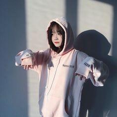 Korean Girl Photo, Cute Korean Girl, Ulzzang Korean Girl, Ulzzang Style, Girly Attitude Quotes, Uzzlang Girl, Military Girl, Girl Standing, Instagram Pose