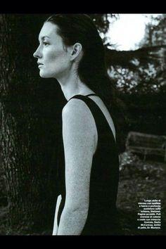Neo -romantic come il lungo abito stefanel dalla profonda scollatura sulla schiena.  Visto su D la repubblica