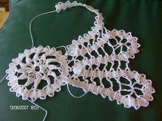 This Pin was discovered by Muh Crochet Edging Patterns, Crochet Motifs, Lace Patterns, Crochet Doilies, Crochet Stitches, Filet Crochet, Irish Crochet, Crochet Cushions, Crochet Tablecloth