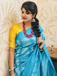 With contrast blouse Saree Blouse Neck Designs, Bridal Blouse Designs, Blouse Patterns, Saree Styles, Blouse Styles, Saree Dress, Sari Blouse, Indian Beauty Saree, Beautiful Saree