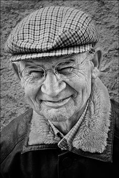 Old man, powerful face, intense eyes, wrinckles, lines of life, cap, portrait, photo b/w.