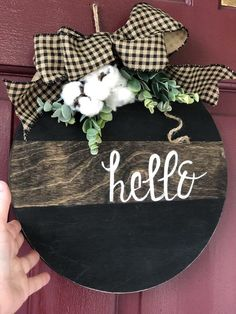 Round Hello Door Hanger with Cotton Accents Round Hello Door Hanger with Cotton Accents Wooden Door Signs, Wooden Door Hangers, Wooden Doors, Wood Signs, Pallet Signs, Welcome Signs Front Door, Front Door Decor, Christmas Signs, Christmas Crafts
