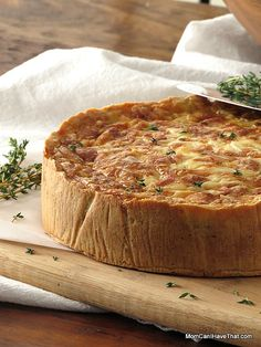 This Low Carb Ham Quiche Lorraine with Caramelized Onions is perfect for breakfast, brunch, lunch or dinner! This yummy quiche has an optional gluten-free, grain-free almond crust! Ham Quiche, Low Carb Quiche, Yummy Quiche, Frittata, Keto Quiche, Quiches, Omelettes, Ham And Green Beans, Quiche Lorraine Recipe