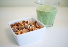 Granola au miel de lavande, noix de coco et pépites de chocolat (et un smoothie tout vert)