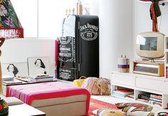 No apê da estilista Adriana Barra, a geladeira com formato retrô tem pintura que imita uma embalagem de whisky