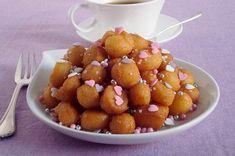I purceddhruzzi o purcedduzzi sono un dolce di Natale tipico del Salento. Una volta fritti, sono conditi con miele, anesini, pinoli e mandorle tostate.
