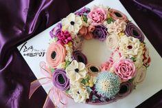 "[ SOYAE CAKE ] 앙금플라워 떡케이크 "" 도로시 "" 소개합니다  ~ 3호사이즈 ( 지름21센치 )  ~ 블루베리설기 ( 블루베리쨈+견과류 )  ~ Flower CAKE ( 리스 )   Www.so-ye.co.kr  blog.naver.com / jungjung2015   #소예 #예쁘게담다 #앙금 #앙금케익 #앙금꽃 #앙금케이크 #꽃케익 #앙금꽃 #flower #beautifull #ricecakes #homebaking#flowermagic #flowercake #buttercremcake #cakedecorating #ranunculus #lilies #rose # pink roses  #korea #design #cake #cupcakes #flowercakeclass #cakeclass #flowers #koreanflowercake #piping #rice  #소통 #꽃스타그램 #꽃 #분당떡케이크 #기념일 #첫돌 #백일 #환갑 #앙금수업문의"