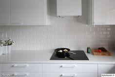 keittiö,välitila,valkoinen keittiö,korkeakiilto,keittiön välitila Home Renovation, Kitchen Cabinets, Kitchens, Home Decor, Decoration Home, Room Decor, Cabinets, Kitchen, Cuisine