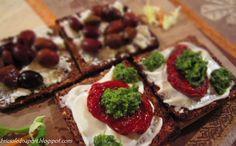 Crostini di segale con olive, salsa verde e pomodorini sott'olio