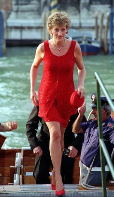 June 8 1995 Diana arriving at the Peggy Guggenheim Museum in Venice for a Reception Princess Diana Fashion, Princess Diana Photos, Princess Diana Family, Royal Princess, Princess Of Wales, Princess Diana Biography, Lady Diana Spencer, Princesa Elizabeth, Charles X