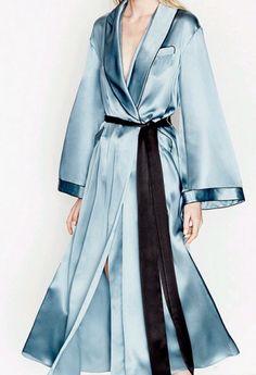 Three Graces London Journey's End pyjama-style silk dressing gown Three Graces London Journey's End Pyjama-stil silke dressing kjole Silk Robe Long, Robe Silk, Silk Gown, Silk Kimono, Silk Satin, Mode Kimono, Kimono Style, Bridal Nightgown, Dressing