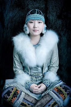 Evenki woman from northern Siberia in traditional garb with reindeer hide coat. Photo by Alexander Khimushin Girl With Hat, Up Girl, Costume Ethnique, Art Beauté, Face Photo, Ethnic Dress, Chinese Clothing, People Of The World, World Cultures