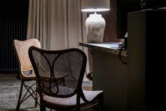 Das Hotel Relais Castello di Morcote liegt leicht erhöht über dem Lago di Lugano, in Vico Morcote. Wo einst Benediktinerinnen im Kloster wohnten, empfängt heute ein äusserst charmantes Boutique Hotel seine Gäste.  #ticinomoments #boutiquehotel Design Hotel, Hotels, Das Hotel, Lugano, Boutique, Wishbone Chair, Wall Lights, Furniture, Home Decor