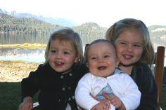 Prinses Amalia met haar zusjes Alexia en Ariane, januari 2008. - Blauw Bloed