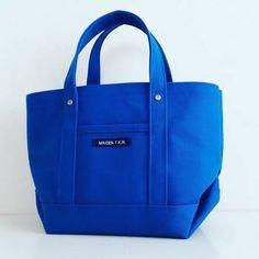 こんな鮮やかなブルーの、トートバッグあんまり見かけないですよね? 自分の好きな色や布で手作りできるのがいいところ!