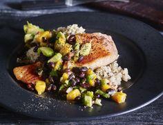 Stegt laks med eksotisk tilbehør Fish Dishes, Base Foods, Plant Based Recipes, Tapas, Avocado, Mango, Food And Drink, Chicken, Meat