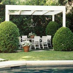Vinilo blanco mirador con zona de estar junto a la piscina, que protege y hace hincapié vegetación alrededor.