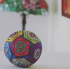 てまり 【ステンドのバラ】 12個のバラは全て色違いで作ってみました。大きい手まりで存在感があります。 #手まり#temari#手毬#てまり#wa #和 #japanese#culture #decoration#ball#日本#芸術#art#手作り#伝統#文化
