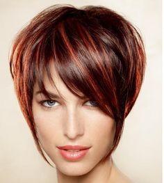 cabelos assimétricos com mechas, deixa o rosto mais jovial.