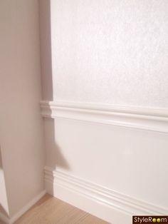 höga socklar,lister,20-tal,sekelskifte,sekelskiftescharm Hallway Flooring, Swedish House, Cool Apartments, Moldings And Trim, Baseboards, Ceiling Design, Frames On Wall, Home Decor Inspiration, Decoration