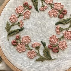 Brazilian Embroidery Stitches, Hand Embroidery Stitches, Embroidery Hoop Art, Cross Stitch Embroidery, Ribbon Embroidery, Crewel Embroidery, Beginner Embroidery, Embroidery Needles, Hand Work Embroidery