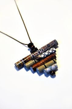 """~~Le collier """"Cuivré"""" est réalisé avec des perles en papier recyclé d'un livre de décoration. Ces perles sont soigneusement roulées une par une. Elles sont rigidifiées, avec un durcisseur écologique (incolore et inodore), pour que le papier ne se déroule..."""