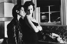 Still of Gina Gershon and Jennifer Tilly in Bound