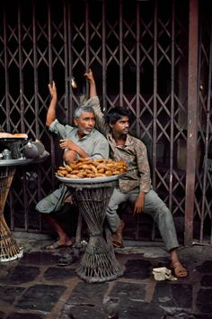 Steve McCurry: Selling bread on the side of the street. Bombay. India 1993