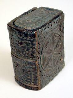"""Bokfodral med dubbla skjutlock. Målat i ljust blått. Heltäckande dekor i form av bl.a. karvsnittsrosetter, uddsnittsbårder och ristade hörnrosetter. På ett lock är inristat """"1816""""."""