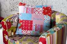 """Buntes Kissen """"IBIZA"""" im angesagten Patchwork-Style! Patchwork ist eine Kunst - und Textiltechnik, bei der Reste verschiedenster Materialien genutzt werden um neue Textilstoffe herzustellen. Mit viel Liebe zum Detail, Einzigartigkeit und Farbpracht bezaubert dieses wunderschöne Zierkissen jeden Ihrer Besucher. Die optimale Größe und die bequeme Füllung machen dieses Kissen zum unverzichtbaren Accessoire auf jedem Sofa oder Sessel."""