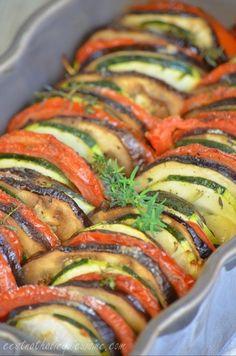 """Une délicieuse idée pour accompagner viandes et grillades. Ce tian aux légumes du sud """"by Cyril Lignac"""", est une recette que je vous recommande vivement. Des légumes savoureux et délicatement arrosés de leur jus. En plus d'être délicieux et parfumé, ce..."""