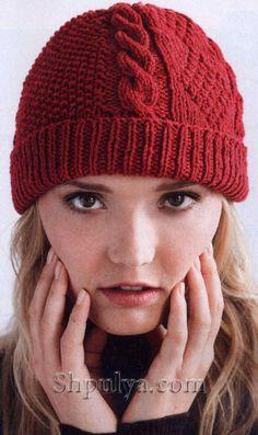 Красная шапка с асимметричным узором спицами