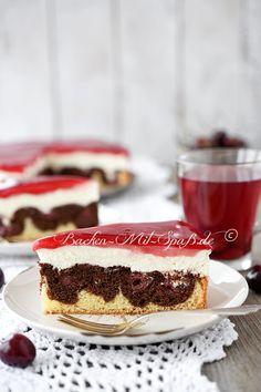 Eine Torte aus zweifarbigem Teig und Kirschen, wie bei Donauwellen, mit Quarkcreme und Tortenguss oben drauf. Die Torte schmeckt leicht...