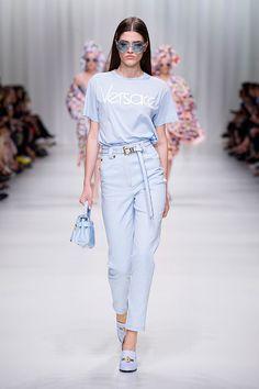 O desfile de primavera-verão 2018 da Versace marca os 20 anos da morte de Gianni,... Mais