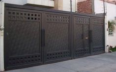 Tendencias en puertas de herreria House Main Gates Design, Grill Gate Design, Front Gate Design, Door Gate Design, House Front Design, Fence Design, Modern Garage, Modern Door, Front Gates