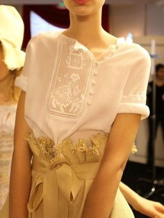 Russian folk-style embroidered blouse by Ulyana Sergeenko, a fashion designer from Moscow. Folk Fashion, High Fashion, Fashion Beauty, Womens Fashion, Style Russe, Mode Glamour, Style Haute Couture, Spring Couture, Fashion Details