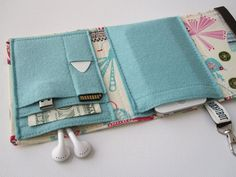 A homemade wallet for gadgets, cards and cash...SO need to try this!!