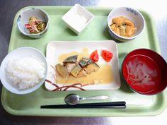 ごはん、すまし汁、さばの西京焼き、若竹煮、ブロッコリーの和え物、りんごフルーチェでした!