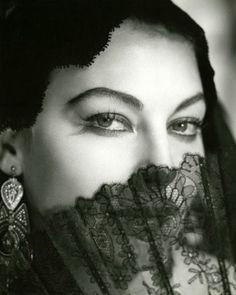 Ava Gardner em 1956 por George Hoyningen-Huene (04 de setembro de 1900 - 12 de setembro de 1968) foi um produtivo fotógrafo de moda dos anos 1920 e 1930.  http://sergiozeiger.tumblr.com/post/96622505328/george-hoyningen-huene-04-de-setembro-de-1900