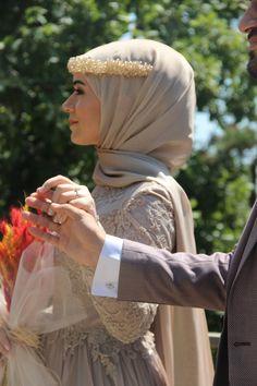 Night Wedding Photos, Wedding Photoshoot, Couple Posing, Couple Shoot, Cute Muslim Couples, Wedding Couple Poses Photography, Turkish Fashion, Henna, Mode Hijab