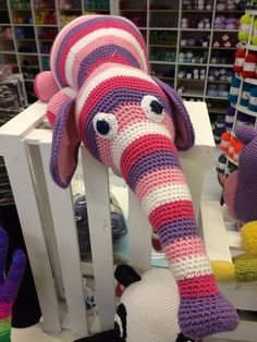 En sød og farverig elefant som er hæklet i Blend garn på kreativt vis