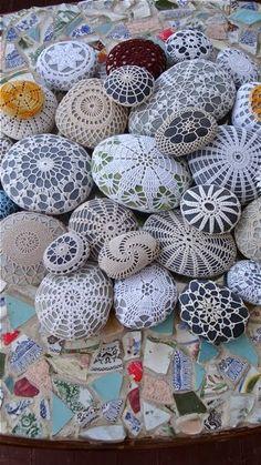Piedras vestidas in 2020 Stone Crafts, Rock Crafts, Diy And Crafts, Arts And Crafts, Paper Crafts, Crochet Stone, Crochet Art, Crochet Flowers, Crochet Patterns